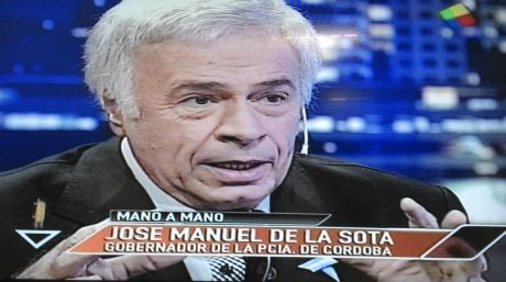 El gobernador José Manuel de la Sota en plena campaña por los canales porteños.