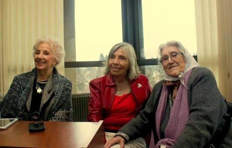 La titular de Abuelas, Estela de Carlotto, y Sonia Torres con Emi Villares de D´Ambra. Foto, Mechi Ferreyra.