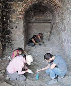 """Los hornos de cal donde trabaja el Equipo Argentino de Antropología Forense y donde es """"remover la tierra y encontrar huesos""""."""