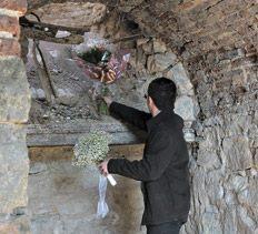 Los familiares pudieron dejar flores en los viejos hornos donde fueron encontrados los restos. Télam.