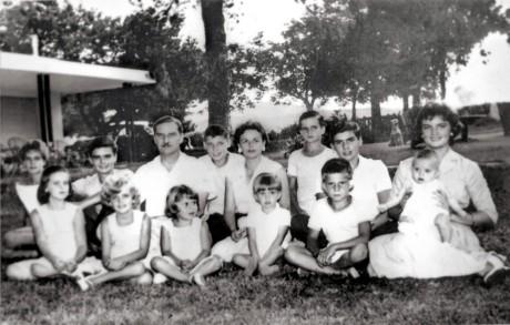 Miguel Hugo Vaca Narvaja y Susana Yofre con sus doce hijos en el jardín de la casa de Villa Warcalde, en Córdoba. Imagen: Gentileza familia Vaca Narvaja