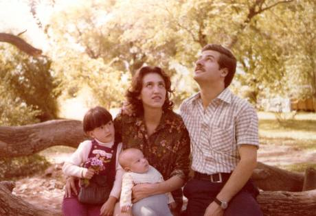 Una foto de Marta Ledesma y Sergio Comba con sus hijos, tomada en 1975 por Elsa Comba de Comba.