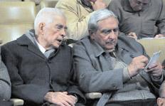 Menéndez junto a Raúl Fierro, dos de los 51 acusados en el juicio que comenzó el 4 de diciembre de 2012. Imagen: Télam