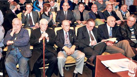 """Luciano Benjamín Menéndez y sus secuaces ayer no estaban tan altaneros como cuando dijeron sus """"últimas palabras"""". Imagen: DyN."""
